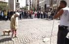 Una donna si ferma davanti a un artista di strada: ciò che sta per fare vi lascerà di stucco!