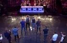 12 uomini salgono sul palco: la loro incredibile armonia emoziona tutto lo studio!