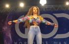 Una joven se prepara en el escenario: a los pocos segundos quedaran HIPNOTIZADOS de sus movimientos