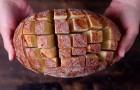 Er schneidet ein Brot in Würfel ein und in wenigen Minuten kreiiert er einen leckeren Snack