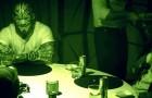 6 hombres comen juntos EN LA OSCURIDAD. Cuando las luces se encienden, la verdad los deja asombrados