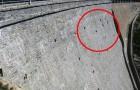Ils remarquent des points noirs sur le barrage: ce qu'ils voient en s'approchant semble impossible!