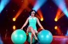 Elle utilise seulement trois ballons: le show de cette artiste enchante et amuse le public