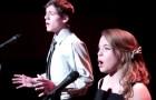 Ze zingt een nummer van Andrea Bocelli... als hij zich bij haar voegt, vormen ze samen een adembenemend duet