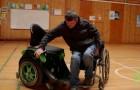 On dirait un fauteuil roulant normal, mais attendez de voir son innovation quand on s'y assoit...