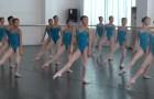 Estas bailarinas se preparan en el centro de la sala: desde el primer movimiento quedaran atraidos