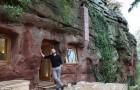 Ein kranker Mann zieht sich in eine 3000 Jahre alte Höhle zurück...und verwandelt sie in einen wunderschönen Ort!