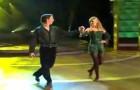 Começam dançando em dois uma dança irlandesa, mas o espetáculo começa depois