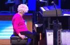 Um cantor chama uma senhora de 98 anos para subir no palco: o público fica encantado com ela