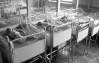 Er betritt ein Waisenhaus und findet 100 Neugeborene in TOTALER Stille vor: der Grund dafür bricht ihm das Herz