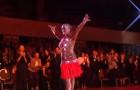 Uma bailarina começa sua coreografia, mas a verdadeira estrela chega depois...
