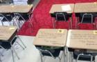 Als die Schüler das Klassenzimmer betreten um die Prüfung zu schreiben, erwartet sie eine Überraschung, die sie so schnell nicht vergessen werden