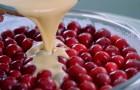 Vierte la masa sobre las cerezas frescas y crea un dulce de sabor delicado e irresistible