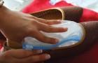 Um truque para alargar seus sapatos apertados usando simplesmente água