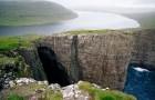 Questo lago che si affaccia sull'oceano crea un'illusione ottica spettacolare
