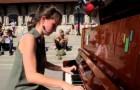 Vê um piano em uma praça e toca para quem passa. Veja a sua belíssima exibição!