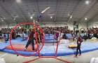 L'athlète commence son exercice mais il glisse brusquement : regardez comment son entraîneur lui sauve la vie