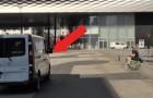 Ein Lieferwagen nähert sich einem Mann: das was da rauskommt wird ihn buchstäblich treffen...