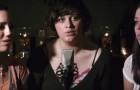 Diese 3 jungen Frauen haben wunderschöne Stimmen... wenn sie im Einklang singen, ist die Wirkung überwältigend