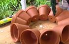 Il commence à coller des pots en terre cuite et il finit par créer un chef-d'oeuvre de jardinière...à ne pas manquer!