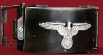 Die SS-Schnalle zur letzten Rettung: Seht, was sie verbirgt