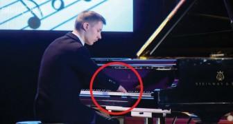 Er lernt 2 Jahre lang alleine Musik, aber das Unglaublichste sieht man aus der Nähe...
