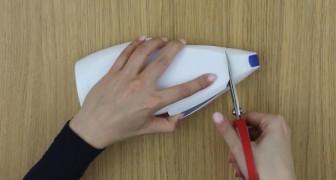 Ze knipt een lege afwasmiddelfles doormidden: dit is het perfecte accessoire voor je mobiele telefoon!