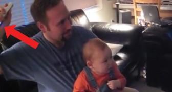 O papai joga Wii, quando move o controle... espetáculo!!!