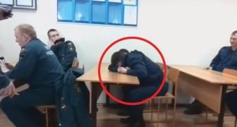 El estudiante bombero esta durmiendo en clase: el profesor encuentra el modo mas divertido para llamarle la atencion