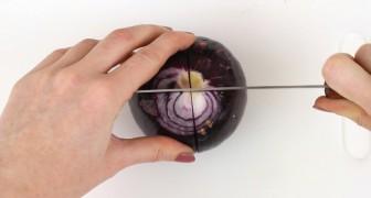 Elle coupe en 4 l'oignon puis le met au four: après 30 minutes, la transformation est surprenante!