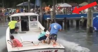 Beeindruckend wie dieser Mann sein Boot PARKEN kann.