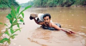 Su escuela se encuentra mas alla del rio: esto es lo que hace el maestro cada dia desde hace 20 años...