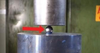 La pressa idraulica contro una biglia metallica. Quello che accade è ASSURDO