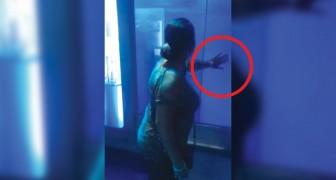 La mujer toca la piscina del tiburon: lo que ocurre poco despues la asusta a muerte