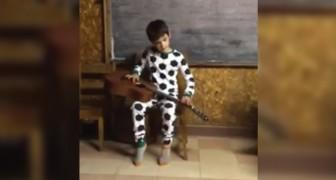 Tem apenas dez anos e é deficiente visual: ouví-lo tocar o blues vai te emocionar!