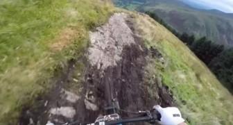 Il monte sur la selle et descend la montagne à une vitesse à couper le souffle: un sport plus qu'extrême!