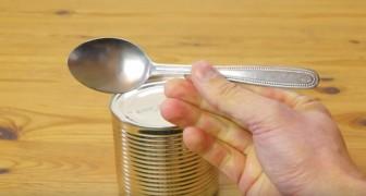 Ningun abrelatas? Asi es como se abren las latas usando solo una cucharita