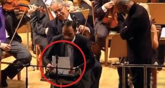 Si siede tra gli orchestranti con una macchina da scrivere: ciò che avviene è esilarante