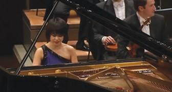 Deformando la famosisima melodia de Mozart su exhibicion enloquece al publico