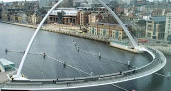 Het lijkt op een normale brug, maar als er een schip voorbij komt blijkt deze brug alles behalve normaal te zijn!