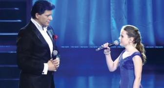 Hij begint een beroemd lied te zingen, maar dan begint zij te zingen en... steelt de show!
