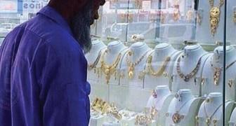 Un agent de propreté est raillé parce qu'il observe des bijoux, mais il recevra une belle surprise