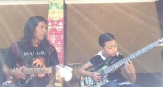 Son père lui apprend à jouer de la guitare: la reprise de sa fille est incroyable