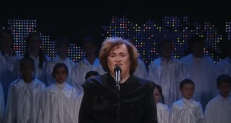 Una version de Holy Night especial: esta mujer tiene una voz explosiva!