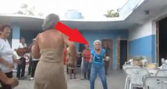 Una abuela baila salsa cubana