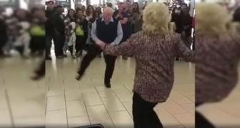 Im Radio ertönt ein Lied: dieses ältere Paar kann sich nicht zurückhalten und tanzt dazu