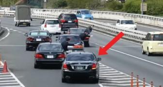 Passa o carro do primeiro ministro japonês: a escolta para o tráfego assim
