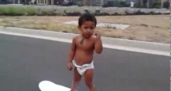 A 2 años es un talento con el skateboard