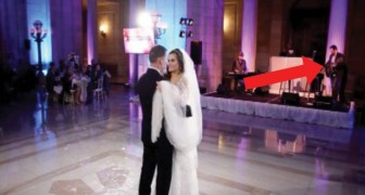 Das Ehepaar tanzt zu seinem Lieblingslied, aber hinter der Braut gibt es eine Überraschung für sie