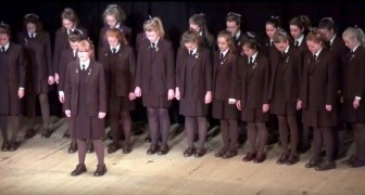 Ein Chor, der nur aus Mädchen besteht, singt Bohemian Rapsody: das Publikum ist wie verzaubert und will eine Zugabe!
